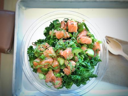 poke hawaiano ensalada de pescado crudo