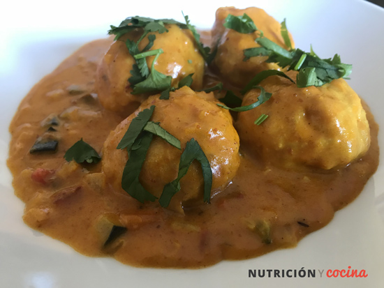 albóndigas veganas con curry rojo